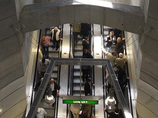 Drei Rolltreppen in der U4-Station am Wiener Schottenring