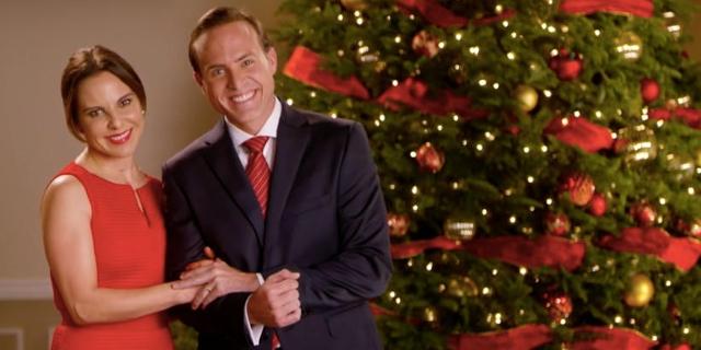 Präsidenten-Ehepaar vor Weihnachtsbaum, klassisches Pressefoto