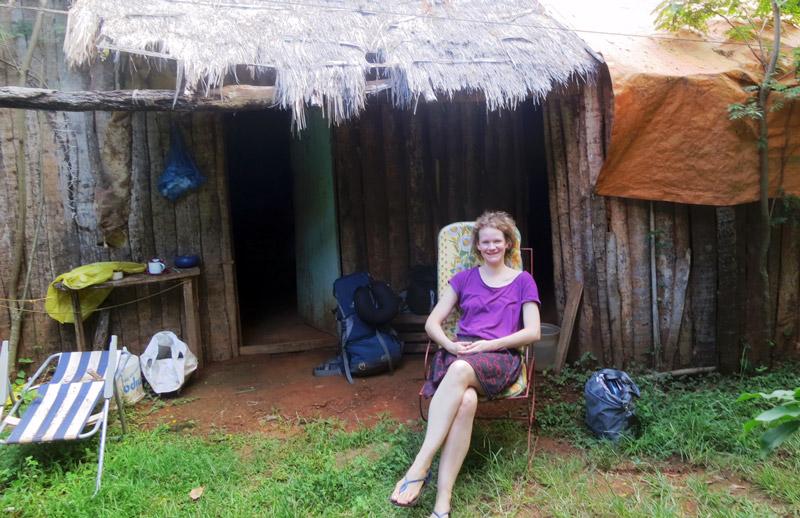 Valerie vor einer Holzhütte