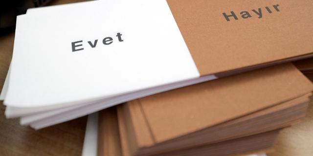 """Stimmzettel mit der Aufschrift """"Ja"""" (""""Evet"""") und """"Nein"""" (""""Hayir"""") liegen am 27.03.2017 in einem Wahllokal in (Bayern) auf einem Stapel."""