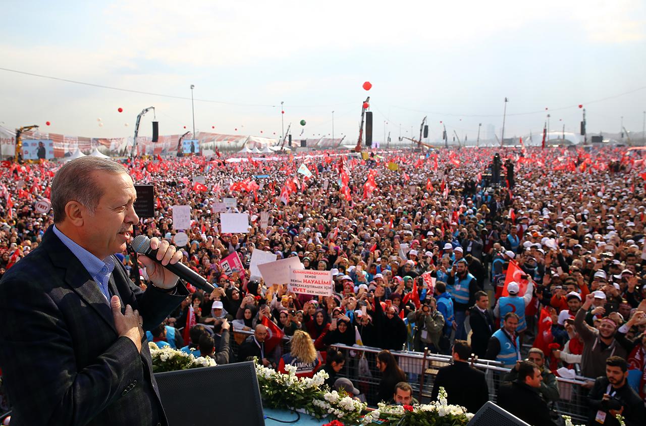Erdogan vor einer riesigen Menge seiner AnhängerInnen