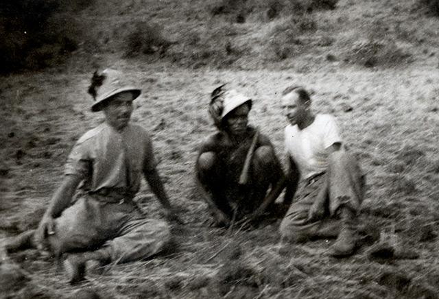 Andrä Ralser (links) und ein italienischer Kamerad lassen sich gemeinsam mit einem Abessinier ablichten