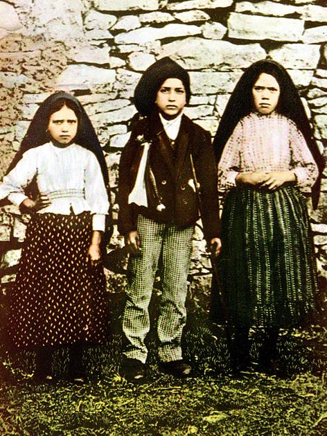 Jacinta Marto (li.), Francisco Marto (Mitte) und Lucia dos Santos