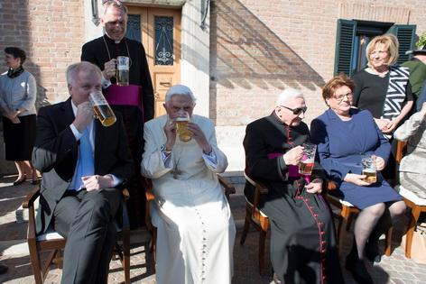 Joseph Ratzinger mit seinem Bruder und Gästen beim Biertrinken