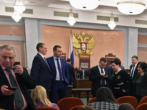Zeugen Jehovas beim Warten auf die Verhandlung in Moskau, Russland