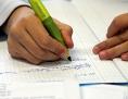 Ein Schüler schreibt in sein Heft