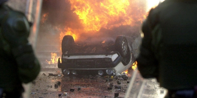 Ein Auto liegt am 1.5.2001 in Berlin brennend auf dem Dach. Nach zwei Demonstrationszügen, kam es am Abend der verbotenen 1.Mai-Demonstration im Bezirk Kreuzberg zu Ausschreitungen.