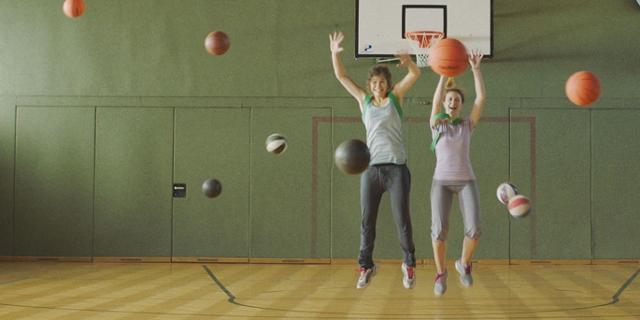 Zwei Mädchen im Turnsaal, viele Bälle fliegen. Filmstill aus siebzehn
