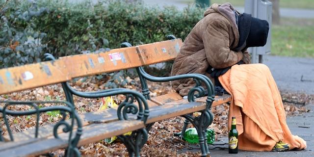 Ein Obdachloser Mensch im Wiener Stadtpark