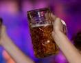 Zwei Maß Bier werden in die Luft gehalten, Alkohol