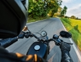 Motorradfahrt auf einer Landstraße