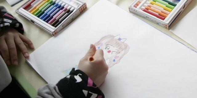 Kinderhände beim Zeichnen