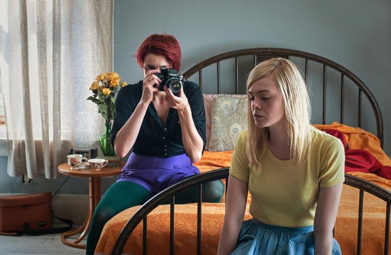 zwei Junge Frauen, eine fotografiert, 20th Century Women