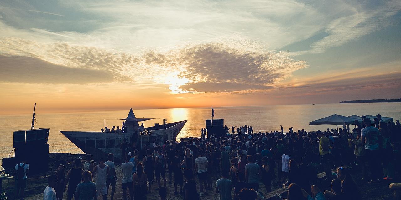 Tanzen im Sonnenuntergang, Lighthouse Festival