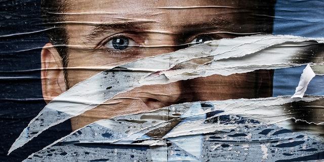 Zerrissenes Plakat von Emmanuel Macron