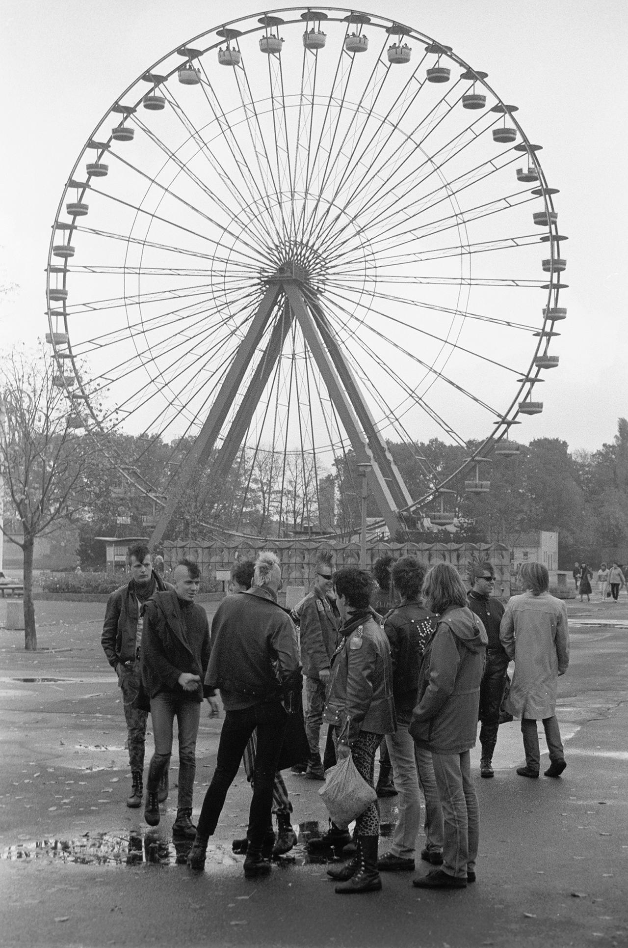 Punks vor einem Riesenrad