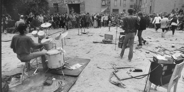 Straßenkonzert einer Punkband