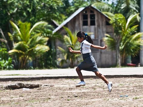 Mädchen auf dem Heimweg von der Schule in Loreto, Peru