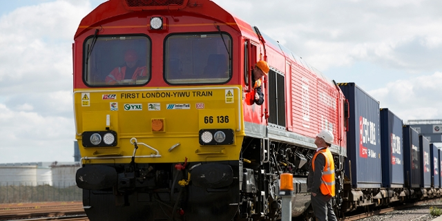 Ein langer Güterzug