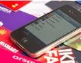 Smartphone liegt auf Kundenkarte