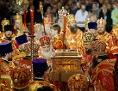Viele russisch-orthodoxe Würdenträger mit einer Religuie des heiligen Nikolaus