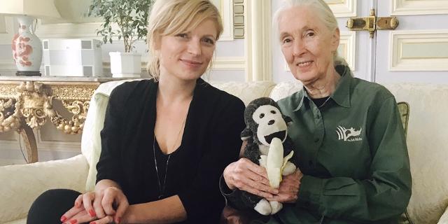 Nina Hochrainer und Jane Goodall auf einem Sofa