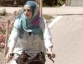 Frau mit Kopftuch am Fahrrad