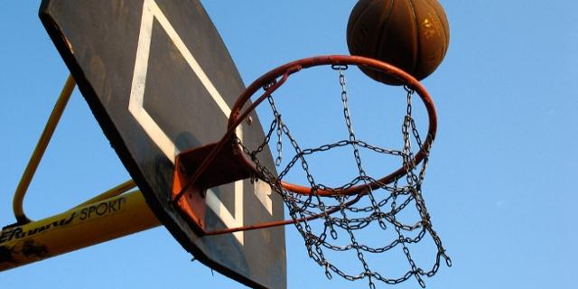 Basketball fällt in den Korb