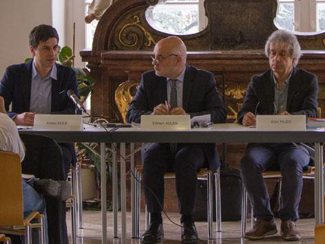 """Jonas Kolb, Ednan Aslan und Erol Yildiz bei der Buchpräsentation """"Muslimische Diversität. Ein Kompass zur religiösen Alltagspraxis in Österreich"""""""