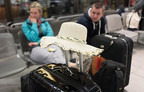 Reisende warten in Berlin auf dem Flughafen Tegel