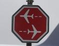 Ein Stoppschild auf dem Vorfeld am Flughafen München