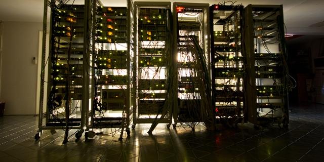 Serverracks mit Servern, dramatisch ausgeleuchtet