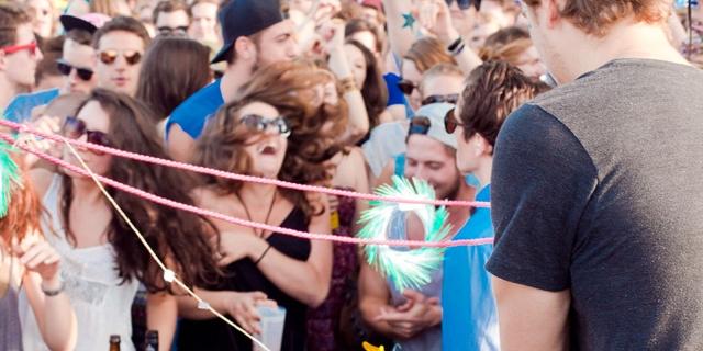 Tanzende Crowd vor DJ Pult im Freien