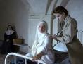 """Filmstill aus """"Agnus Dei"""": Eine Ärztin untersucht eine junge Ordensfrau"""