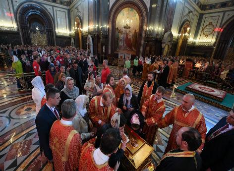 Menschen stehen Schlange, um in der Christ-Erlöser-Kathedrale in Moskau die Nikolaus-Reliquie zu küssen.