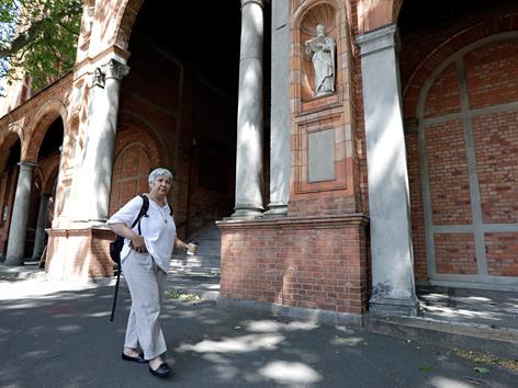 Seyran Ates vor der Johanneskirche in Berlin-Moabit mit ihrer neu eröffneten Moschee in Berlin