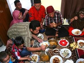 Großfamilie in Java beim Essen zum Fest Id al-Fitr