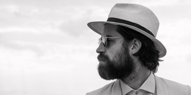 Portraitfoto J. Bernardt, sein bätiges Gesicht mit weißem Hut