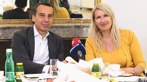 Christian Kern und Claudia Stöckl an einem gedeckten Tisch