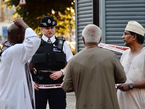 Polizei und Passanten nach dem Anschlag in Finsbury Park, Nordlondon