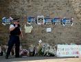 Blumen Und Plakate an Moscheemauer