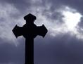 Religion: Kreuz vor wolkenverhangenem Himmel