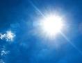 Sonne strahlt vom blauen Himmel