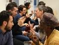 Menschen in gesprächen beim interreligiösen Speeddating des Roten Kreuzes