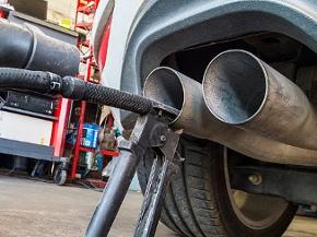 Eine Sonde eines Gerätes zur Abgasuntersuchung für Dieselmotoren steckt im Auspuffrohr eines Autos