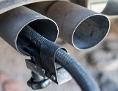 Ein Messschlauch eines Gerätes zur Abgasuntersuchung für Dieselmotoren steckt im Auspuffrohr eines Autos