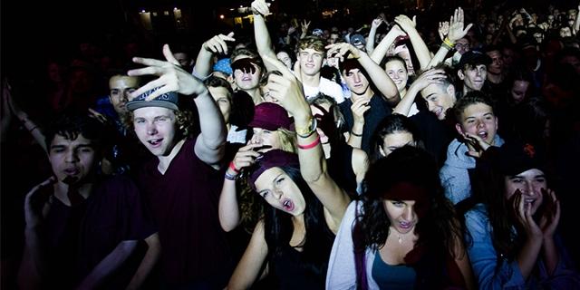 Fans vor der FM4 Bühne