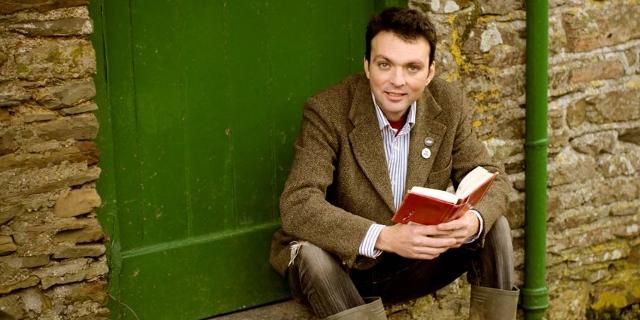 Hodgkinson mit Buch und Gummistiefel