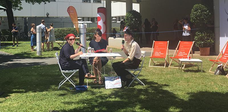 Stefanie Sargnagel, Zita Bereuter und Voodoo Jürgens im Garten