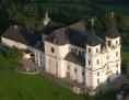 Basilika auf dem waldigen Sonntagberg aus Hubschrauberperspektive
